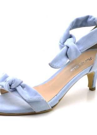 Sandália social azul claro salto baixo fino com laço amarrar na perna