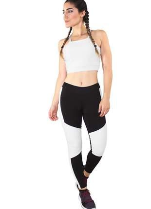 Conjunto fitness cropped branco e calça fitness preto com detalhe branco moda fitness