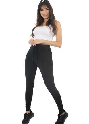 Conjunto calça legging preta lisa com cadarço e cropped branco moda fitness