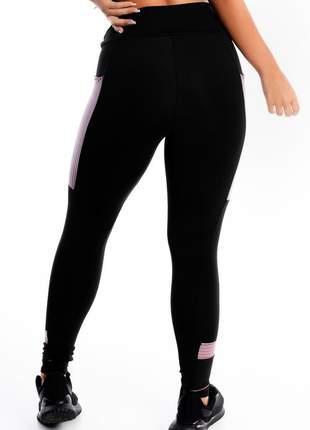 Calça legging fitness preta detalhe violeta e bolso moda fitness
