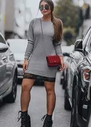 Vestido de manga longa, barra com detalhe de renda, muito estilo e conforto.