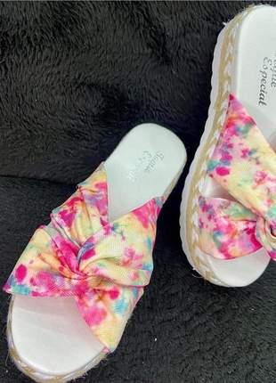 Sandalia tie dye linda arrase no dia a dia