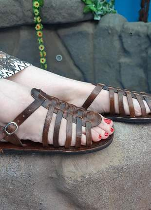 Sandália romana em couro artesanal lisa