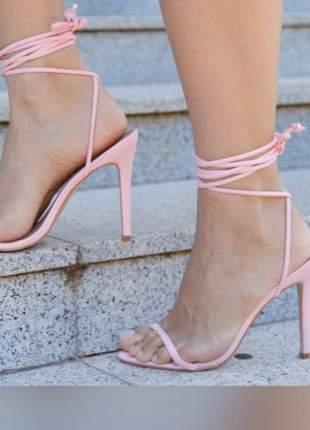 Sandália fina de tiras e amarrações na perna
