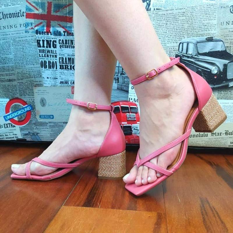 Sandália rosa salto bloco baixo texturado