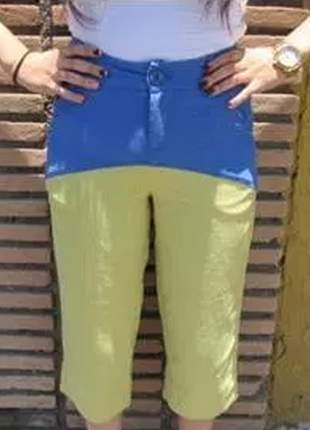 Calça pantacourt, com combinação de duas cores proporcionando estilo.