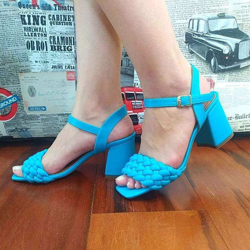 Sandália salto bloco trançada nude e azul