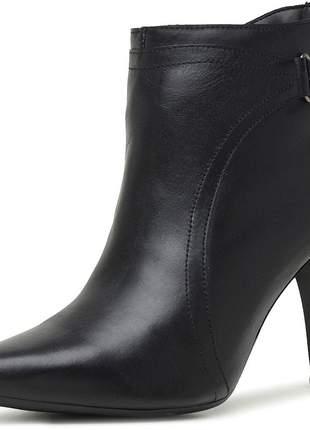 Bota pierrô social conforto cano baixo detalhado e salto alto couro legítimo cor preto