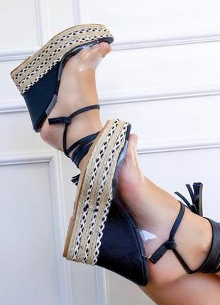 Sandália anabela com transparência e amarração