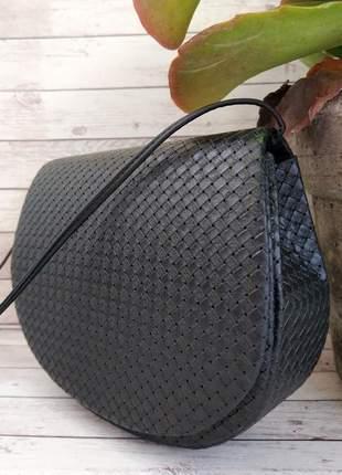 Bolsa preta pequena estruturada com textura transversal tiracolo com fechamento em imã