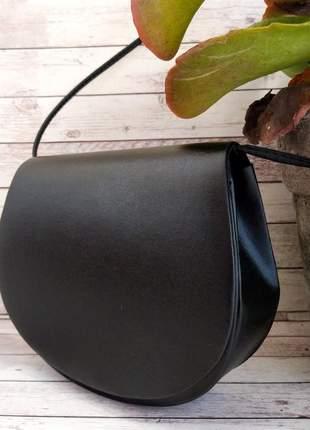 Bolsa preta lisa pequena estruturada transversal tiracolo com fechamento em imã