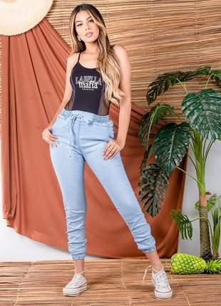 Calça jeans jogger cargo com elastano elástico na perna