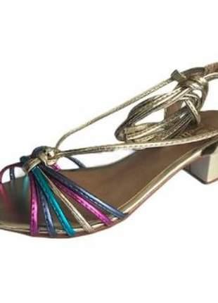 Sandália dourada ou roxa com tiras coloridas salto baixo com amarração
