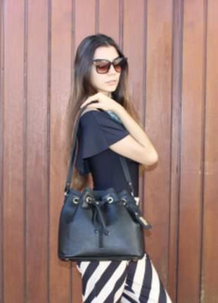 Bolsa saco - moderno, despojado e versátil. cor preto vibrante, combina com tudo.