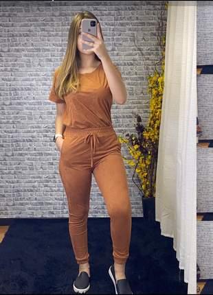 Conjunto em suede com calça modelo jogger