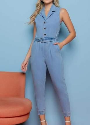 Macacão jeans com abotoamento frontal. tam.m