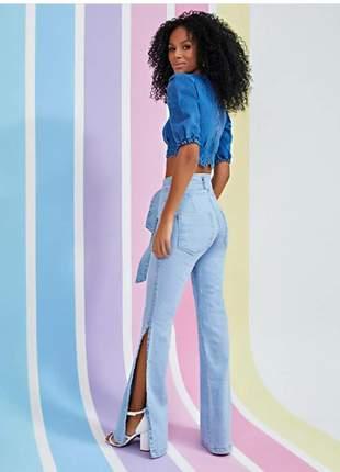 Calça jeans com cinto e  aberturas nas laterais. tam.38 e 42