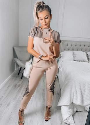 Conjunto de calça e blusa manga curta com detalhes em tela