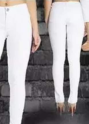 Calça confeccionada em brim, modelo skinny com corte especial na barra