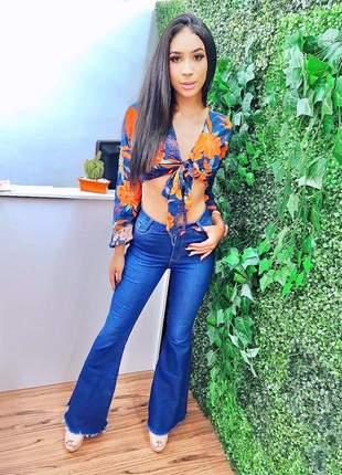 Calça longa jeans boca flare desfiada cintura alta
