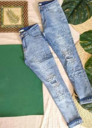 Calça jeans com aplicações em pérolas