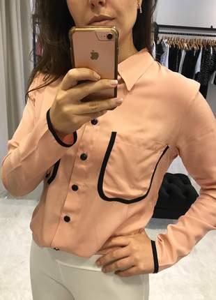 Camisa feminina maravilhosa salmão com detalhes em preto