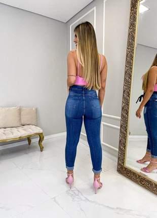 Calça jeans clochard botões encapados cintura alta
