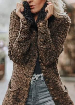 Casaco em tricot mousse, com  detalhes em fio angorá
