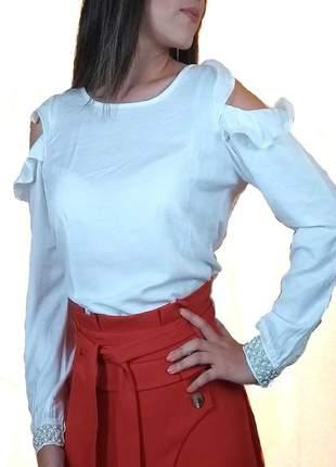 Blusa branca com abertura no ombro