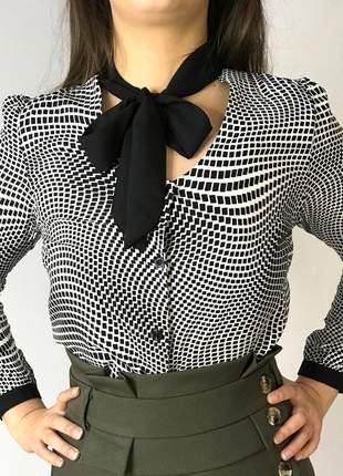 Camisa branca com estampa geométrica manga longa