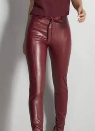 Calça skinny em couro eco com amarração cintura cor:bordô