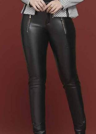 Calça skinny em couro eco cor preta