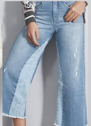 Calça jeans pantacourt cor claro com elastano