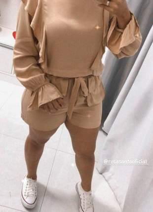 Conjunto shorts e blusa com detalhes de babados