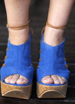 Anabela azul com amarração e salto em cortiça