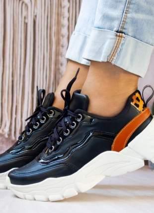 Tênis sneaker feminino casual preto e caramelo