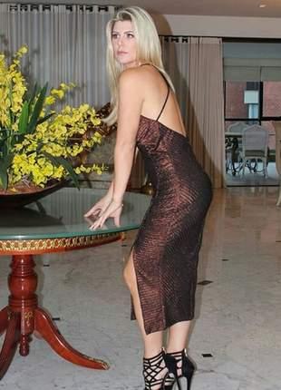 Vestido de lurex com costas nuas e fenda lateral.