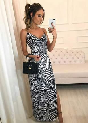Vestido longo com estampa animal print, as alças possuem regulares.