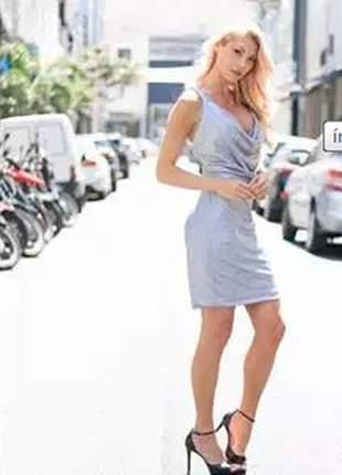 Vestido curto com sutiã.