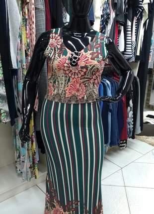 Vestido plus size em malha com lindo mix de estampas