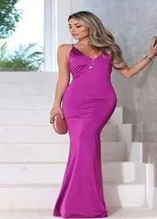 Vestido longo com decote charmoso e detalhe nas costas.