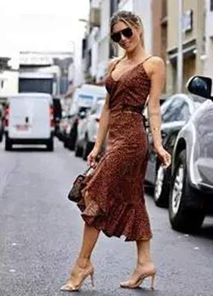 Vestido estampa de oncinha com barra de babado, soltinho e despojado.