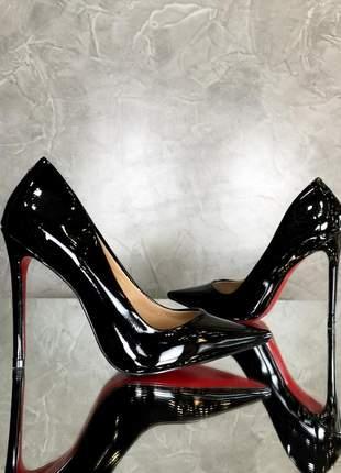 Sapato preto verniz scarpin bico fino brilhoso com sola vermelha e salto alto 12 cm