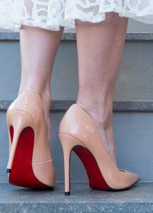 Sapato nude verniz scarpin bico fino brilhoso com sola vermelha e salto alto 12 cm