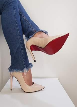 Sapato sola vermelha scarpin nude textura croco bico fino  salto alto 12 cm