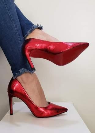 Scarpin vermelho brilhoso sapato bico fino com sola vermelha e salto alto 10 cm metalizado