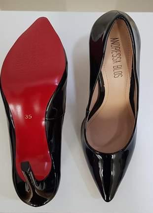 Sapato preto verniz scarpin bico fino brilhoso com sola vermelha e salto alto 10 cm