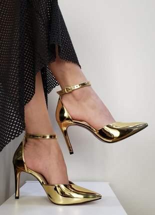 Sapato sola vermelha scarpin decote em v dourado salto alto bico fino