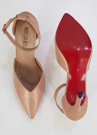 Sapato sola vermelha scarpin decote em v nude salto alto bico fino