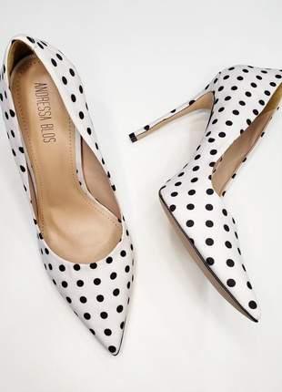 Scarpin poá bolinhas branco e preto sapato bico fino sola vermelha salto alto12